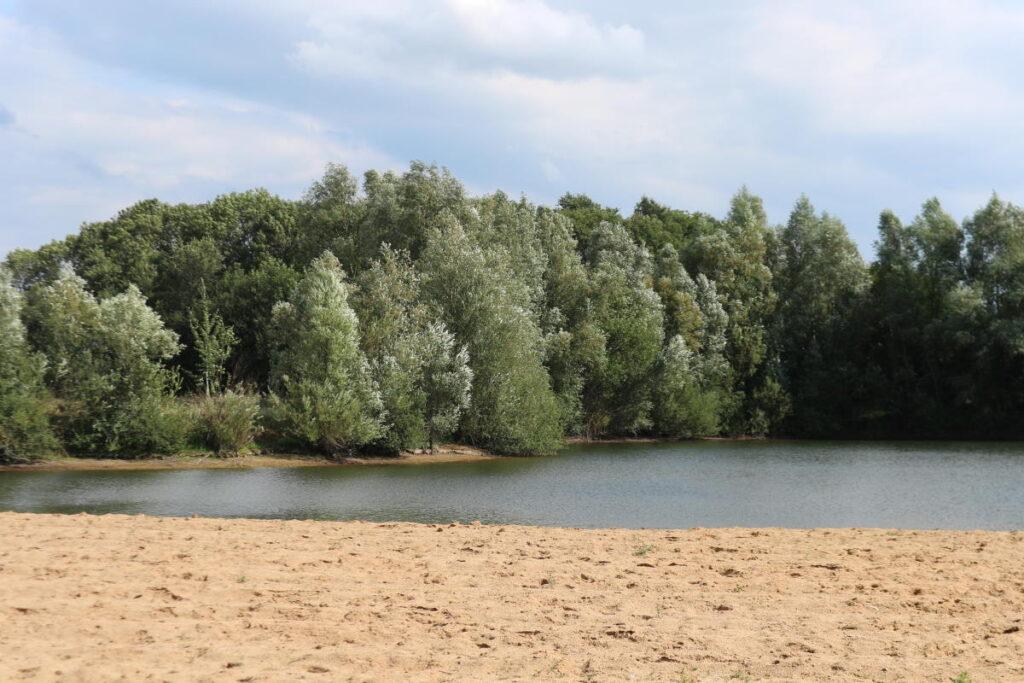 Zandstrand waterplas zwemmen