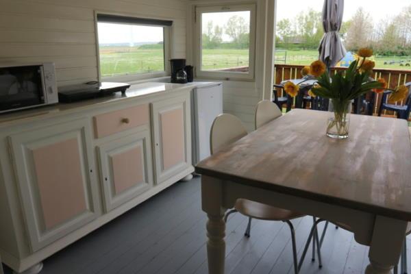 Pipowagen Vlinder binnenkant interieur keuken eettafel